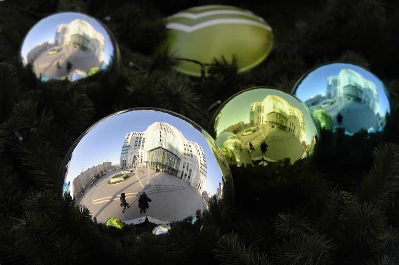 Москва, Россия. Отражение в елочных шарах