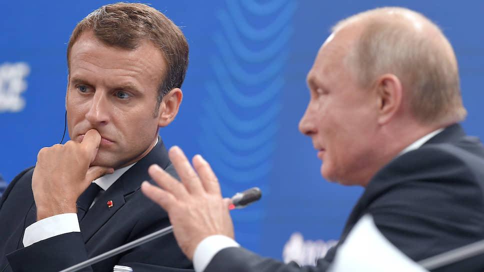 Президент Франции Эммануэль Макрон (слева) и президент России Владимир Путин