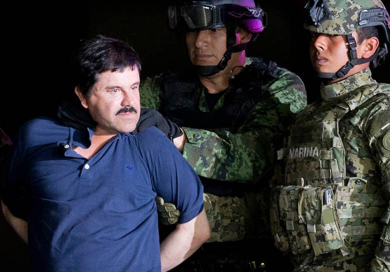 <b>Хоакин Гусман Лоэра</b>, известный также под именем Эль Чапо (Коротышка) — мексиканский наркобарон, занимавшийся контрабандой наркотиков в США и Европу. Был известен своей жестокостью, убивал задержавших поставки перевозчиков на месте. В 2009 году журнал Forbes оценивал его состояние в $1 млрд. Коротышка несколько раз бежал из-под стражи, в 2016 году был вновь арестован и приговорен к пожизненному заключению