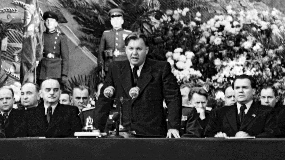 После решения Политбюро Попов (на фото — в центре), прежде жестко критиковавший других, был вынужден публично заниматься самокритикой по утвержденному графику