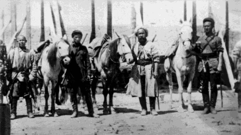Арал-тугайский кавалерийский отряд перед выездом на боевое задание. Слева - заместитель командира отряда Даниил Комиссаров, 1 мая 1930