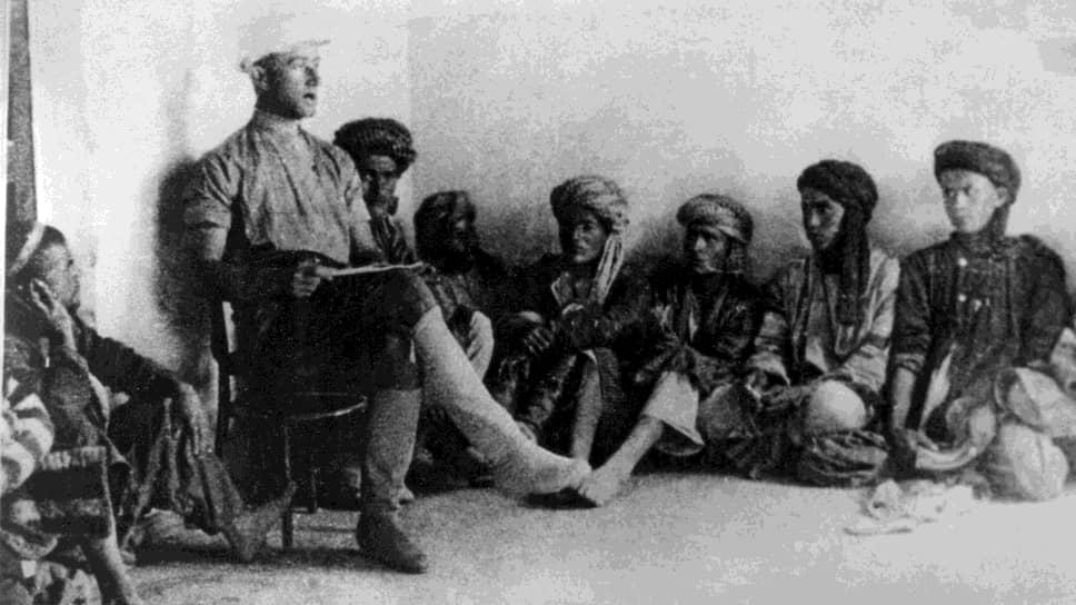 Начальник машинно-тракторной станции Даниил Комиссаров проводит политзанятие среди своих сотрудников, Арал-Тугай, 1929 год