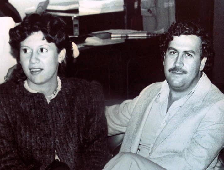 <b>Пабло Эскобар</b> — один из самых известных наркоторговцев в мире. Состояние колумбийца на момент убийства его полицией в 1993 году оценивалось властями в $30 млрд. Эскобар был заказчиком ряда громких терактов. 27 ноября 1989 года его люди заложили бомбу в пассажирский Boeing 727 колумбийской авиакомпании «Avianca», погибли 110 человек. При этом он занимался благотворительностью, Эскобара даже называли «Робин Гудом» от наркобизнеса. На его похороны пришли 25 тыс. человек. О жизни Эскобара снято несколько фильмов, последним стал сериал «Нарко»