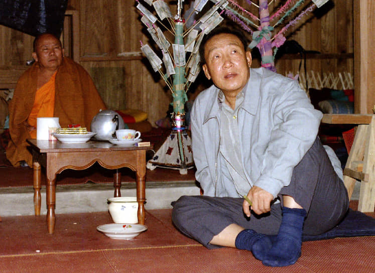 <b>Кхун Са</b> являлся лидером оппозиции Бирмы (ныне — Мьянма), а также занимался контрабандой опиума, за что получил звание «Короля опиума». Его личная армия из 800 человек участвовала в нескольких конфликтах с правительством Бирмы, он боролся за автономию области Шан. В 1996 году наркобарон сдался властям и прожил под арестом до своей смерти в 2007 году. Его состояние журналисты оценивали в $5 млрд