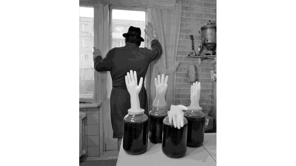 В конце 1980-х резиновые перчатки на банках с брагой, сдуваясь после готовности продукта и падая, как будто махали на прощание советскому строю