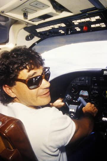 Колумбиец <b>Карлос Ледер</b> был соучредителем Медельинского кокаинового картеля с состоянием до $2,7 млрд (оценка СМИ). Управлял транспортной сетью кокаина на Багамских островах. Основал национальное латинское движение за уничтожение договора об экстрадиции между Колумбией и США, в 1984 году заказал убийство министра юстиции Колумбии. Был арестован в 1987 году и выдан США, где осужден на пожизненное заключение