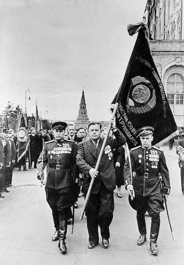 Московский градоначальник Попов (на фото — в центре) умело использовал страх высокопоставленных чиновников быть наказанными по партийной линии