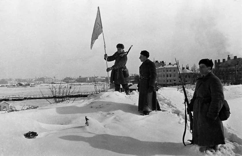Красноармеец устанавливает флаг на завоеванной территории, 1940 год