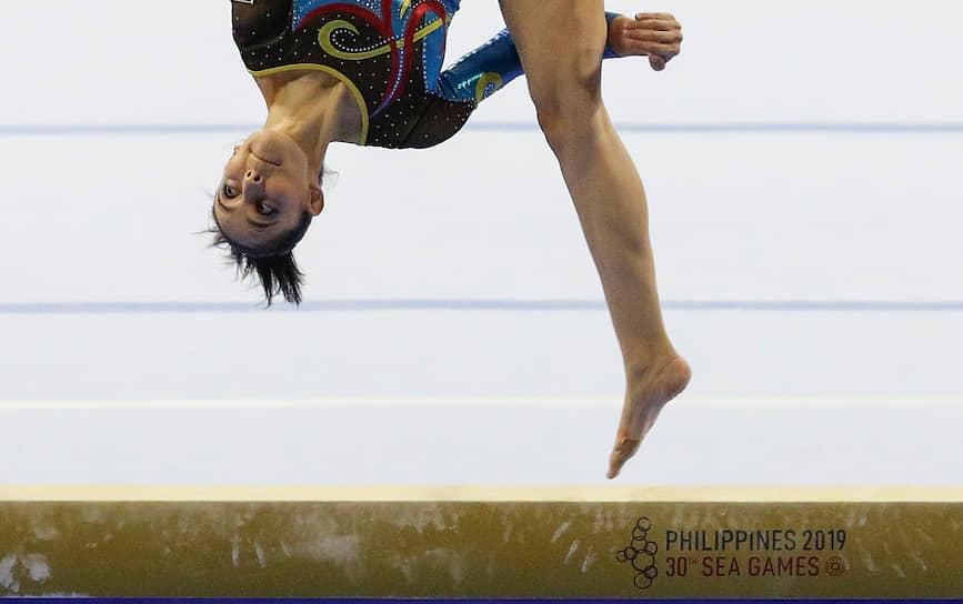 Манила, Филиппины. Малайзийская гимнастка Фарах Анн Абдул Хади во время выступления на Играх Юго-Восточной Азии