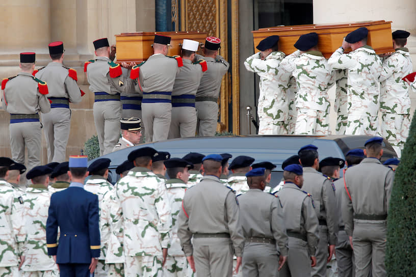 Париж, Франция. Церемония прощания с убитыми в Мали французскими военными