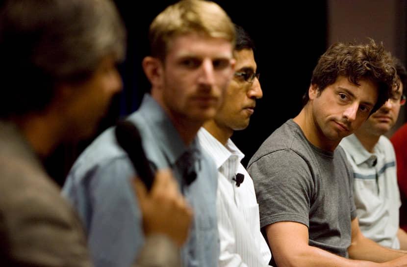 Получив стипендию на обучение в Стэнфорде, Сундар Пичаи переехал в США. Изучал материаловедение и физику полупроводников, получил степень магистра, а в 2002 году — степень MBA в Уортонской школе бизнеса при Пенсильванском университете<br> На фото: Сундар Пичаи (в центре) с основателями Google Ларри Пейджем (слева) и Сергеем Брином (справа)