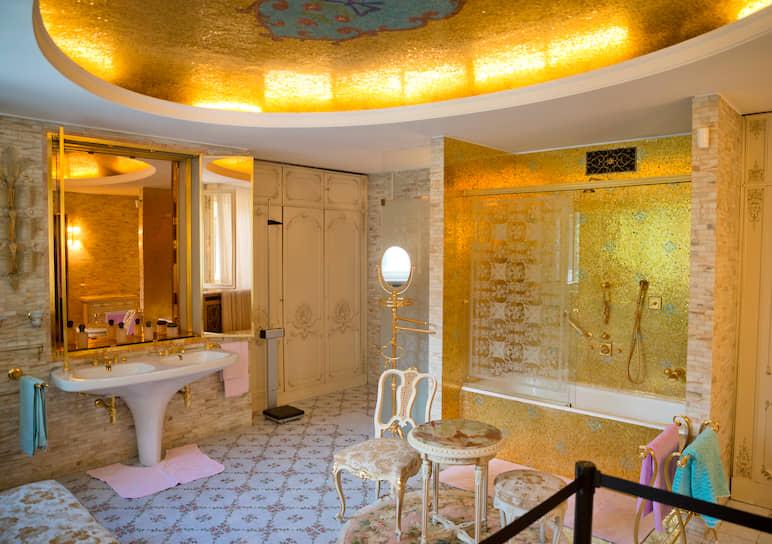 8 На отделке своей ванной комнаты Елена Чаушеску сэкономила: краны, смесители, души, полотенцесушители не золотые, а всего лишь позолоченные
