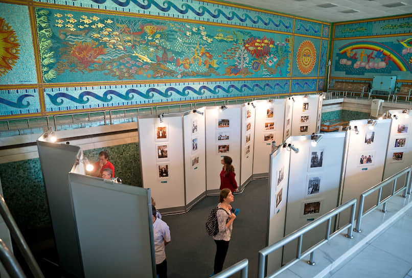Бассейн в особняке Чаушеску отделан мозаикой из примерно 1 млн камешков, на выкладку которой ушло два года