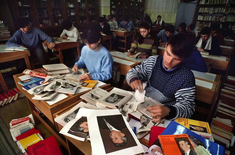 После зимних каникул 1989/90 учебного года румынские школьники начали занятия с вырывания портретов Чаушеску из учебников