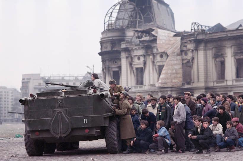 Для гражданского населения Румынии танки и бронетранспортеры в декабре 1989 года превратились из врагов в друзей