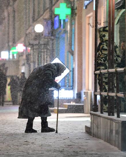 Москва. Пожилая женщина во время снегопада