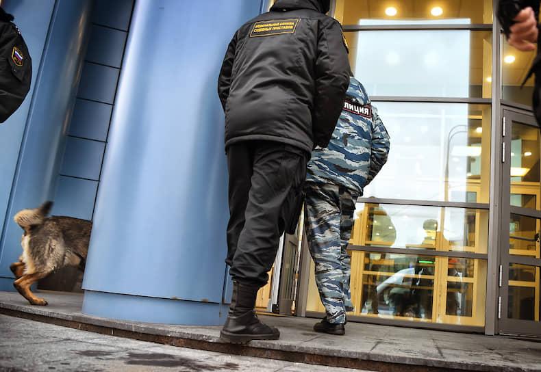 Москва. Правоохранители во время эвакуации сотрудников и посетителей Тверского райсуда из-за сообщений о минировании