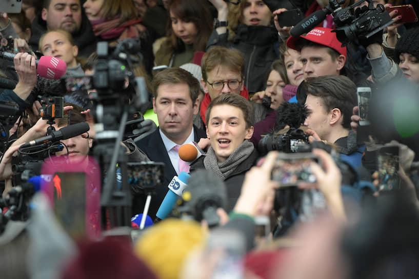 Москва, Россия. Студент Высшей школы экономики Егор Жуков (в центре), осужденный на три года условно за призывы к экстремизму