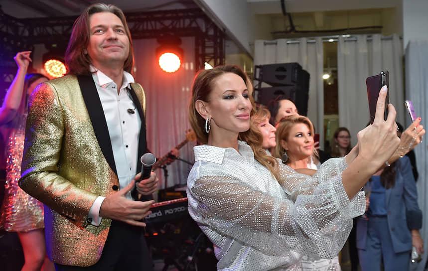 Композитор, певец Дмитрий Маликов во время выступления на X юбилейном «Снежном коктейле» от имени креативного директора модного дома Yana Яны Расковаловой