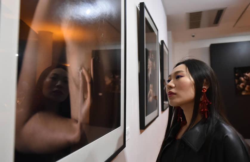 Актриса, режиссер Ян Гэ на церемонии открытия выставки голландского фотографа Корнели Толленса «Deep Inside» в рамках празднования 15-летия галереи Ruarts