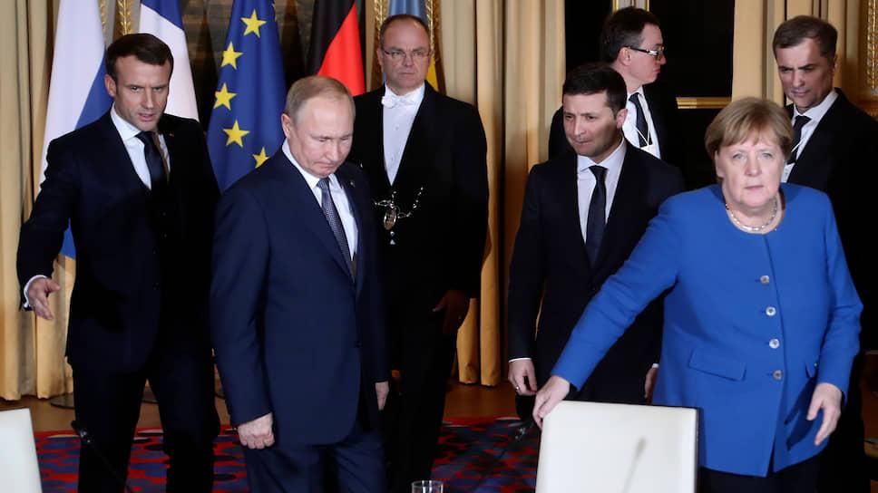 Слева направо: президент Франции Эмманюэль Макрон, президент России Владимир Путин, президент Украины Владимир Зеленский, канцлер ФРГ Ангела Меркель перед началом переговоров
