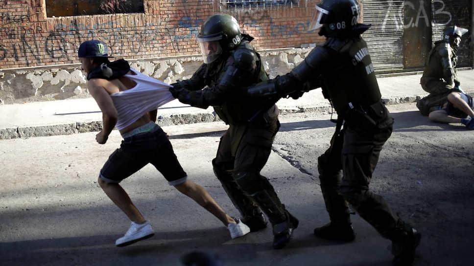 Сантьяго, Чили. Задержание участника антиправительственной акции протеста