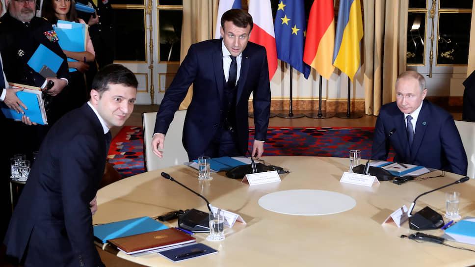 Слева направо: президенты Украины, Франции и России Владимир Зеленский, Эмманюэль Макрон и Владимир Путин перед началом переговоров