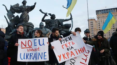 Майдану видно все  / Оппозиция в Киеве следит за Владимиром Зеленским в Париже
