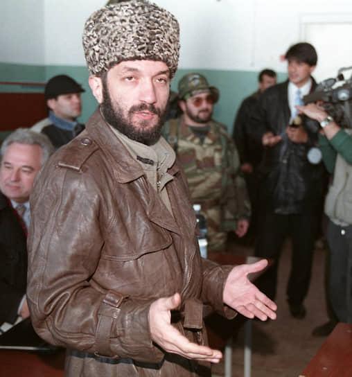 <b>Мовлади Удугов</b> в 1991 году был назначен министром информации и печати ЧРИ. Во время первой чеченской войны выступал с заявлениями от имени чеченцев в прессе и по радио, отвечал за пропаганду. С 1995 года был пресс-секретарем Джохара Дудаева. В 1998 году вместе с Шамилем Басаевым создал террористическую организацию КНИД, целью которой являлось создание так называемого «Исламского халифата на Кавказе». Предположительно, скрывается в одной из мусульманских стран