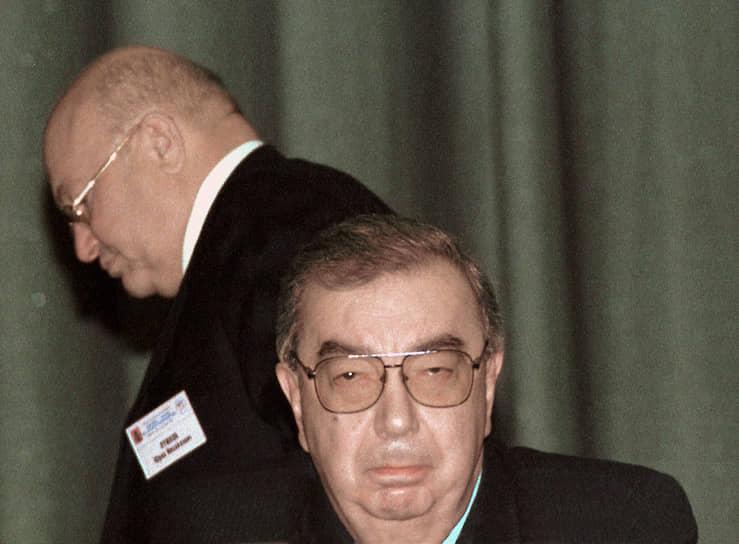 <b>1999 год: поражение, от которого нельзя отказаться</b><br> Альянс господина Лужкова с экс-премьером Евгением Примаковым и рядом влиятельных губернаторов потерпел сокрушительное поражение. 19 декабря на выборах в Госдуму их движение «Отечество — Вся Россия» заняло только третье место с 13,33%, значительно уступив пропрезидентскому «Единству» c 23,32% и КПРФ. А сам мэр был переизбран с худшим для себя показателем — 69,89%