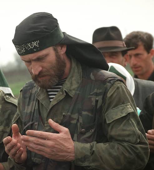 <b>Ахмед Закаев</b> с конца 1994 года входил в штаб Юго-Западного фронта ЧРИ. В 1995 году участвовал в обороне села Гойское, за что был награжден высшим орденом ЧРИ — «Честь нации», после — возглавлял Урус-Мартановский фронт. В 1996 году участвовал в операции по захвату Грозного. Во второй чеченской войне командовал «бригадой особого назначения». С 2001 года был спецпредставителем Аслана Масхадова за рубежом. С 2002 живет в Великобритании