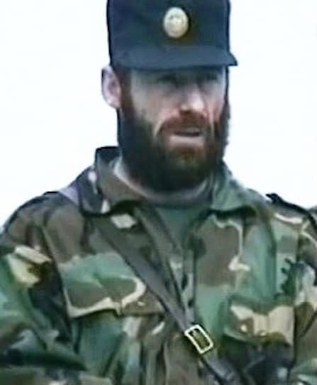 <b>Хункар Исрапилов </b> — полевой командир, был один из руководителей нападения на Кизляр. Его отряд контролировал работу нефтяных скважин, используемых для финансовой поддержки боевиков. Принимал участие в налете на Буденновск в июне 1995 года. Летом 1996 года стал командующим Юго-Восточным фронтом ЧРИ. 1 февраля 2000 года подорвался на мине при отходе из Грозного