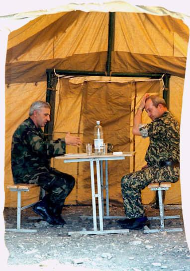 <b>Константин Пуликовский</b> (справа) командовал группировкой «Север» при штурме Грозного 1 января 1995 года. С 1996 по 1997 год был командующим Объединенной группировкой федеральных сил в Чечне, заместителем командующего войсками СКВО. С 1998 по 2000 год был помощником мэра Краснодара, до 2005 года — полпредом президента на Дальнем Востоке. С 2005 по 2008 год — глава Ростехнадзора