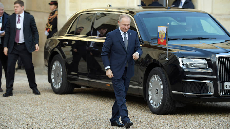 Президент России Владимир Путин прилетел в парижский аэропорт Шарль де Голль, в Елисейский дворец его доставили на лимузине Aurus