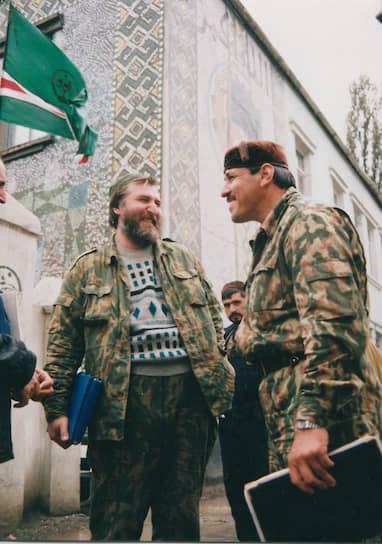 <b>Ваха Арсанов</b> (справа) — полевой командир, в первую чеченскую войну был командующим вооруженными подразделениями Северо-Западного фронта ВС ЧРИ. В 1994—1995 годах провел ряд боевых операций, руководил обороной станицы Петропавловская, захватом Аргуна и Грозного в 1996 году. При Аслане Масхадове занимал пост вице-президента ЧРИ. Был ликвидирован 15 мая 2005 года в Чечне