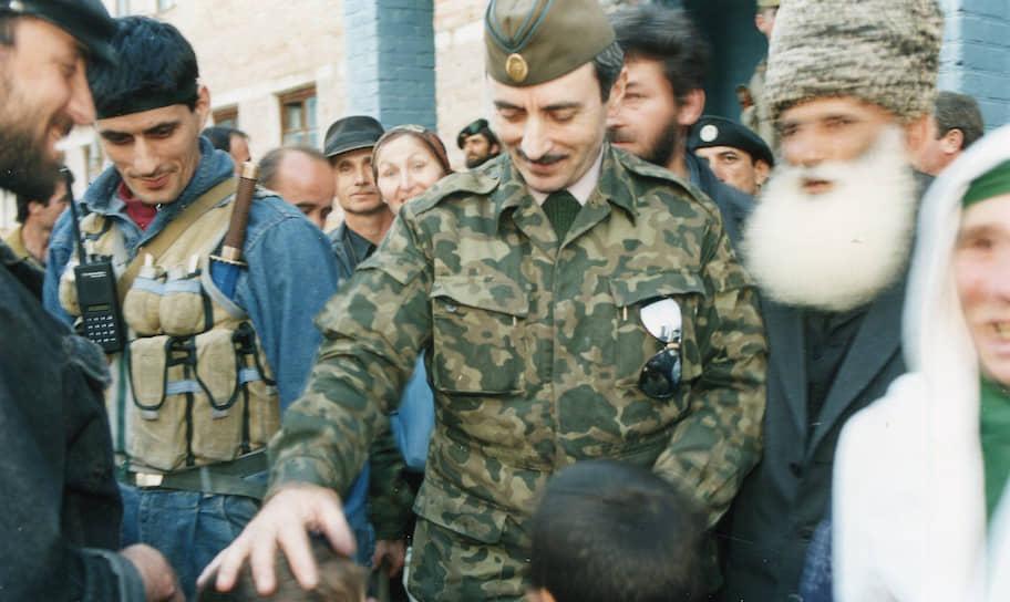 <b>Джохар Дудаев</b> (в центре) — первый президент самопровозглашенной Республики Ичкерия (ЧРИ) (в 1991—1996 годах) и верховный главнокомандующий в период первой чеченской войны. Был ликвидирован 21 апреля 1996 года в ходе спецоперации федеральных сил с участием двух самолетов около села Гехи-Чу в Урус-Мартановском районе Чечни