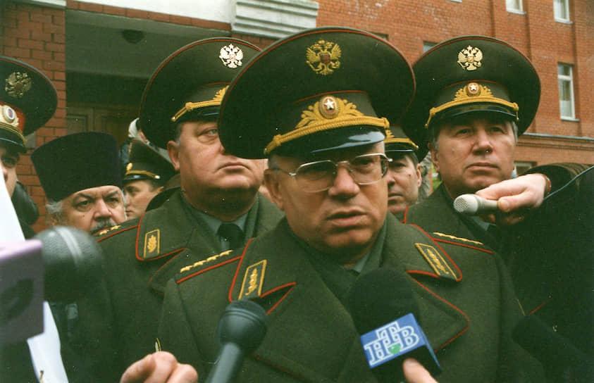 <b>Анатолий Куликов</b> — замминистра внутренних дел — командующий внутренними войсками МВД с 1992 по 1995 год. В феврале-июле 1995 года командовал Объединенной группировкой федеральных сил в Чечне. 13 февраля 1995 года вел переговоры с Асланом Масхадовым о временном перемирии. С 1995 по 1998 год занимал должности министра внутренних дел и вице-премьера. В 1999 и 2003 годах избирался в Госдуму