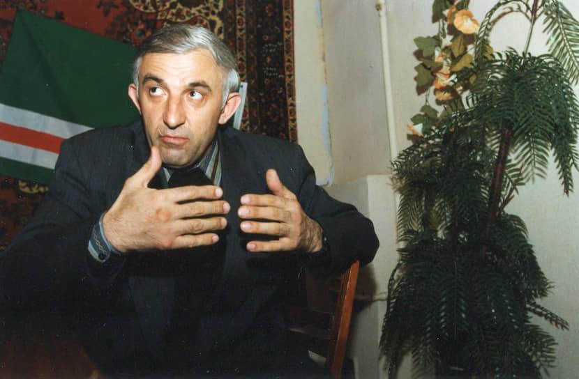 <b>Аслан Масхадов</b> в марте 1994 года был назначен начальником главного штаба ВС ЧРИ. В первую чеченскую войну руководил большинством крупных боевых и диверсионных операций. В 1994—1995 годах возглавлял оборону президентского дворца в Грозном. Под его руководством 6 августа 1996 года были осуществлены нападения на Грозный, Аргун и Гудермес. В 1997—2005 годах был вторым президентом ЧРИ. Убит в Чечне 8 марта 2005 года