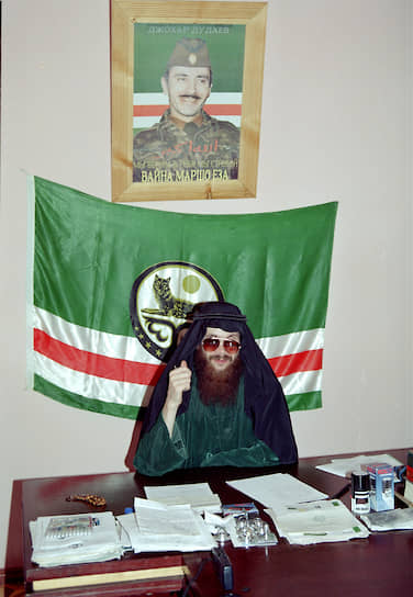 <b>Салман Радуев</b> — террорист, организатор ряда громких терактов в России. В ноябре 1994 года был назначен командующим Северо-Восточным фронтом ВС ЧРИ. В декабре 1995 года руководил атакой на Гудермес, в январе 1996 года под его командованием боевики атаковали Кизляр и село Первомайское. Во время второй чеченской войны планировал серию диверсий в России. Был арестован 13 марта 2000 года и осужден на пожизненный срок. Умер 14 декабря 2002 года в колонии