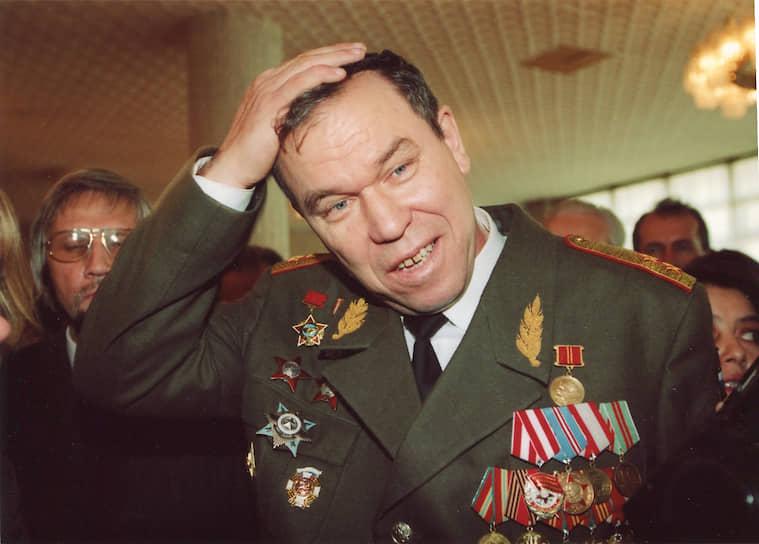 <b>Лев Рохлин</b> с 1 декабря 1994 по февраль 1995 года возглавлял 8-й гвардейский армейский корпус в Чечне. 1 января 1995 года при неудачном штурме Грозного его группировка была единственной, которой удалось закрепиться в городе. Руководил взятием президентского дворца и площади Минутка. В декабре 1995 года стал депутатом Госдумы 2-го созыва. Был одним из наиболее активных оппозиционных лидеров 1997—1998 годов. Был убит в ночь на 3 июля 1998 года на своей даче в Подмосковье