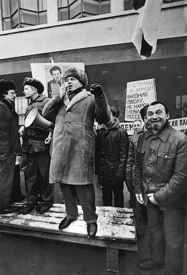 1992 год. Основатель Либерально-демократической партии России Владимир Жириновский (в центре) во время предвыборного митинга у здания Госдумы