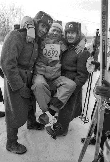 1994 год. Лидер ЛДПР Владимир Жириновский (в центре) во время соревнований «Лыжня России»