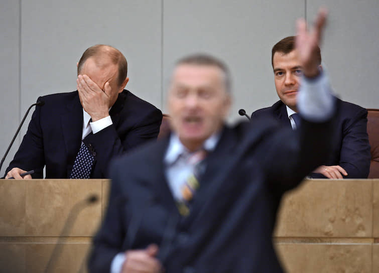 2008 год. Зампред Госдумы Владимир Жириновский (в центре) на заседании по рассмотрению кандидатуры Владимира Путина (слева) на пост премьер-министра