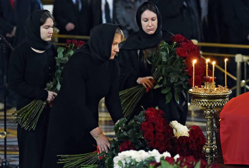 Вдова Юрия Лужкова Елена Батурина (в центре) и их дочери Елена (справа) и Ольга (слева) во время церемонии