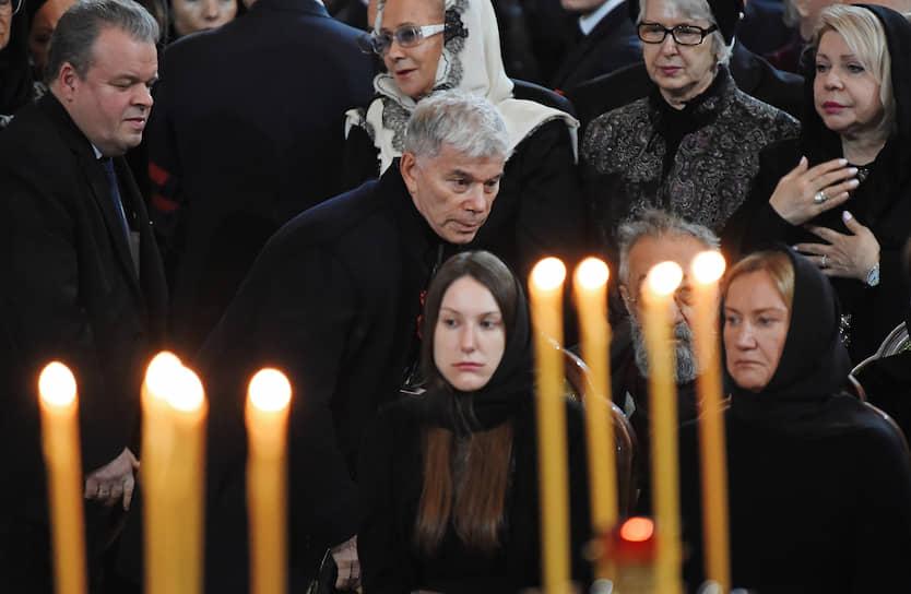 Певец Олег Газманов (в центре), вдова Юрия Лужкова Елена Батурина (справа), дочь Юрия Лужкова Елена (в центре снизу)