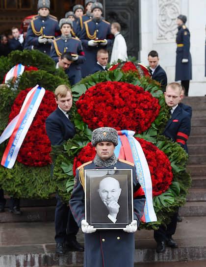 Юрия Лужкова похоронили на Новодевичьем кладбище