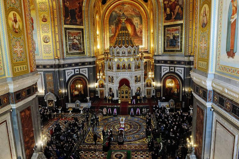 Гражданская панихида началась в 7 часов утра. Движение у храма Христа Спасителя было перекрыто с полуночи 12 декабря