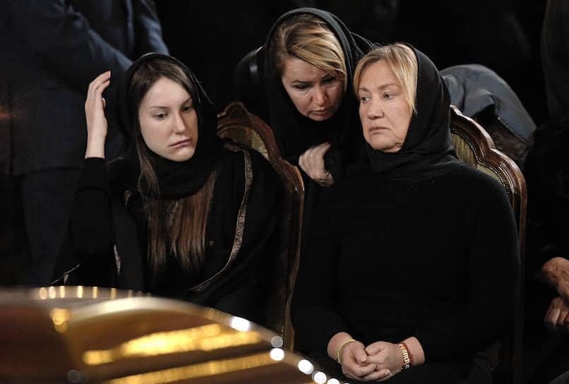 Вдова Юрия Лужкова Елена Батурина (на фото справа) и их дочь Елена (слева) на церемонии прощания