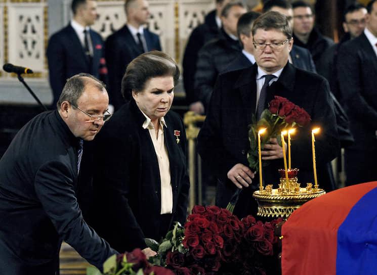 Слева направо: депутаты Госдумы Виктор Селиверстов, Валентина Терешкова, Андрей Исаев
