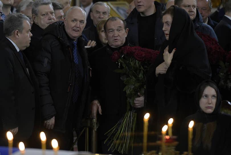 Заместитель мэра Москвы по вопросам ЖКХ Петр Бирюков (в центре) на церемонии прощания